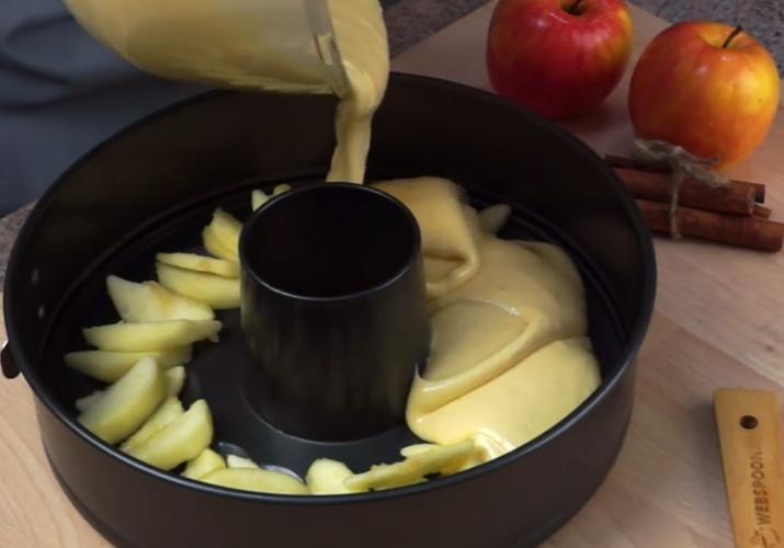 Шарлотка с яблоками в духовке