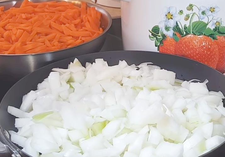 нарезанные лук и морковь для баклажанной икры