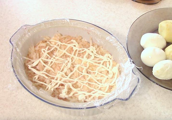 селедка под шубой классическая с яйцом и яблоками - яблочный слой
