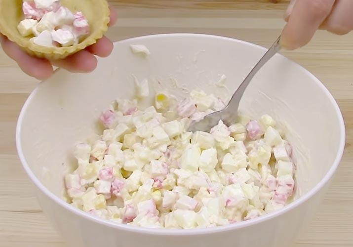 крабовые палочки и кукуруза для тарталеток