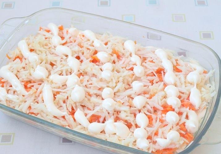 тертая морковка с майонезом для селедки под шубой с яблоками