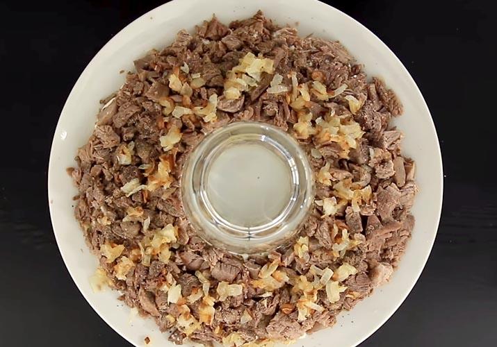 слой говядины с луком для салата Гранатовый браслет с говядиной