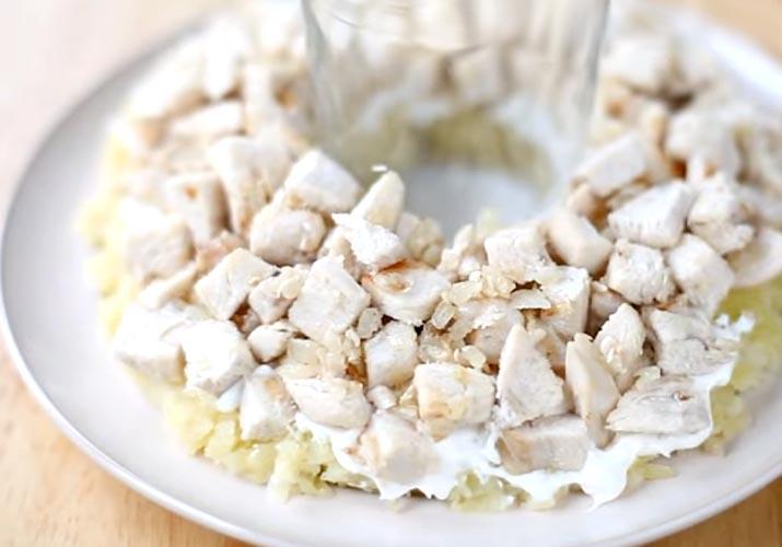 слой куриного филе с луком для классического салата Гранатовый браслет