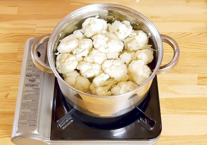 Отвариваем цветную капусту для рецепта в кляре и сухарях на сковороде